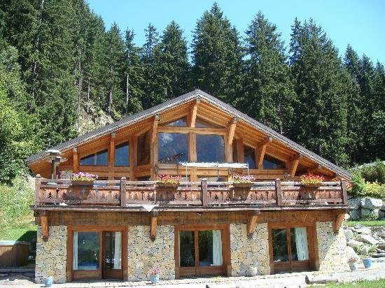 А этот великолепный дом вобрал в себя все традиции стиля шале