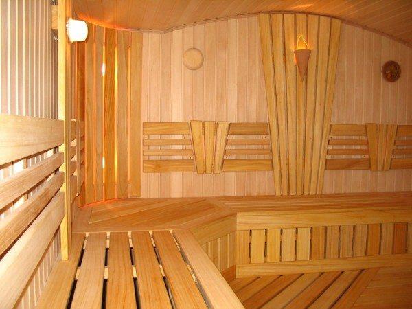 А так выглядит брусовая баня изнутри – при одном взгляде уже хочется зайти и ощутить эту прекрасную атмосферу тепла и уюта!