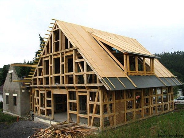 Брус клееный дороже каркасного строительства, но надежнее и быстрее.