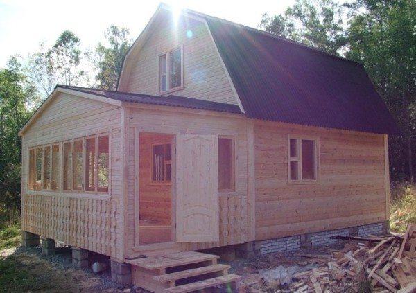 Чудесный домик с закрытой террасой прекрасно вписывается в окружающий ландшафт