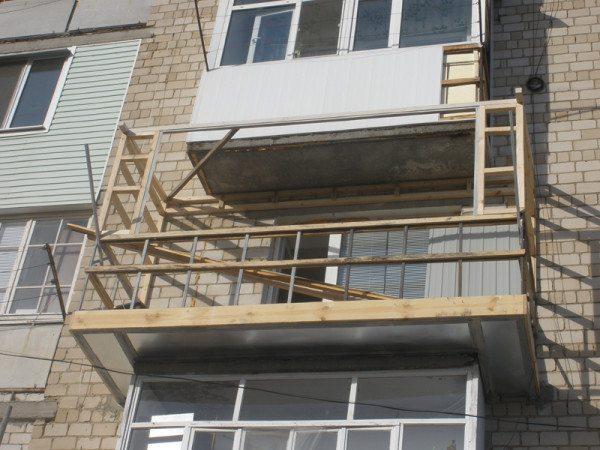 Деревянный каркас расширенного балкона