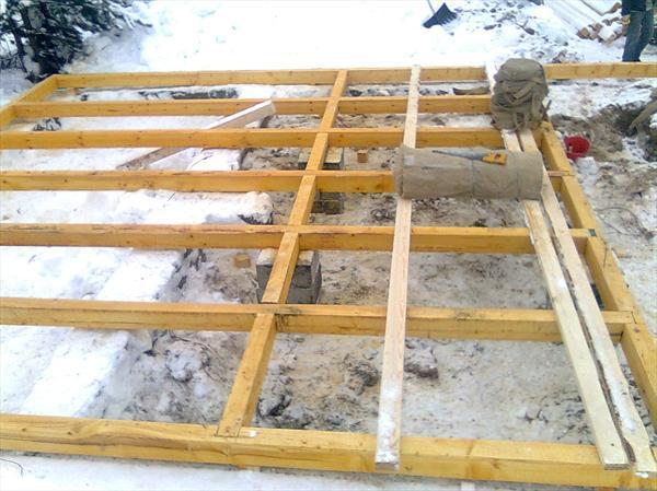 Для установки основания можно использовать любой брус, независимо от того, какой вы приобрели для стен