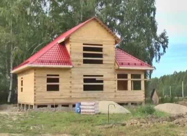 Дом, в основе которого непрофилированный материал, нуждается в дополнительной отделке