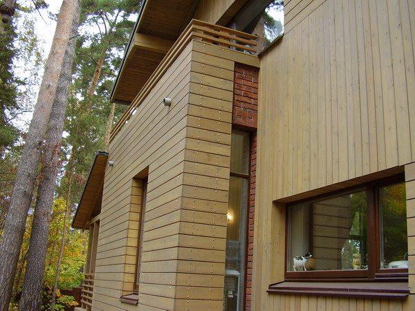 Если бы не было вставки кирпича, можно было бы говорить о деревянном доме.