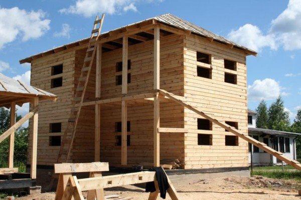 Если дом строится из дерева - то, как правило, полностью. В результате соотношение веса стен и остальных конструкций остается постоянным.