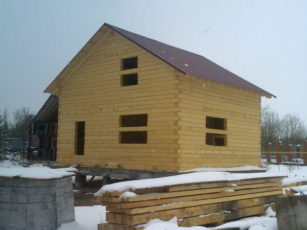Если существует возможность приобрести цельный брус 8-метровой длины, то строительство дома будет протекать еще проще