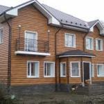 Фасад дома, отделанный сайдингом под брус