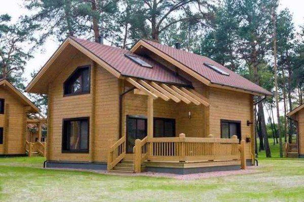 Фото дома, выполненного при помощи клееной древесины.