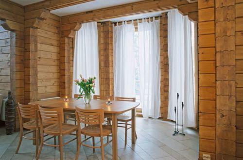 Фото красивого интерьера дома из клееной древесины без внутренней отделки.