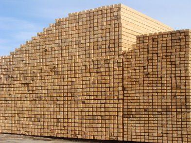 Фото склада, на котором размещены 1000 кубов пиломатериала