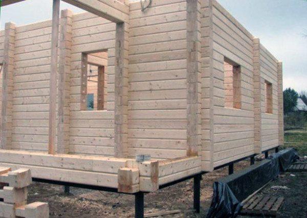 Фундамент из винтовых свай отлично подойдет для домов, изготовленных из бруса
