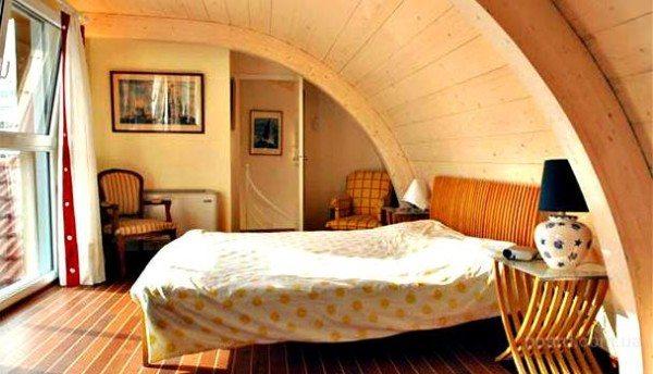 Гнуто-клеевая конструкция дома позволяет не производить внутреннюю отделку стен.