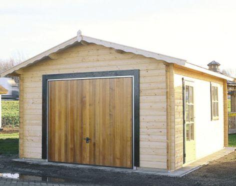 Готовый гараж из бруса с установленными воротами