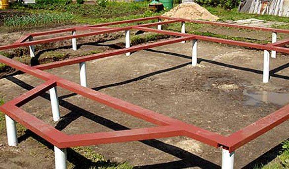 Готовый свайный фундамент, связанный металлическим основанием