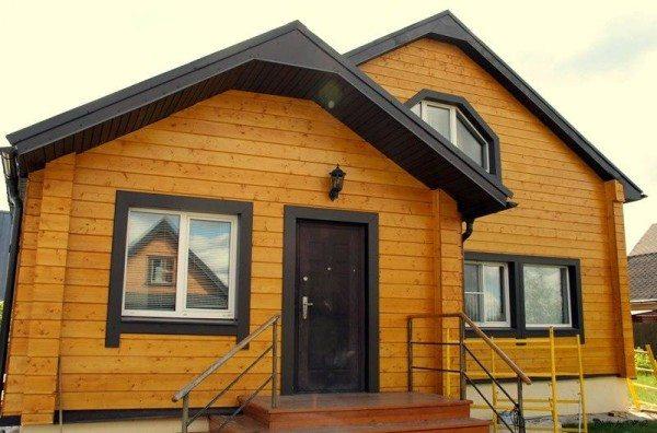 Имитация украшает даже самый простой и невзрачный домик.