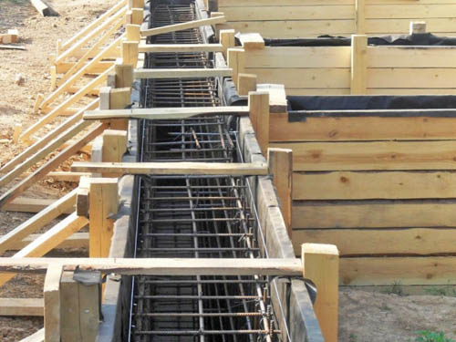 Изготовление опалубки под ленточный фундамент с размещенной гидроизоляцией и арматурой