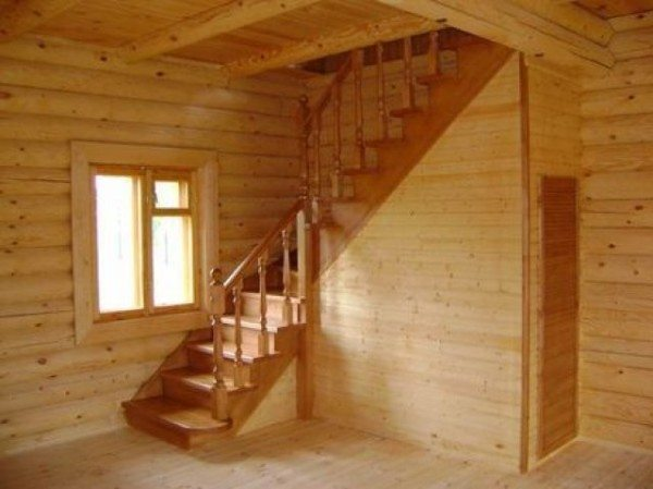 Изумительное сочетание двух теплых оттенков. Красавица-лестница вписалась сюда как нельзя лучше!