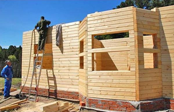 Коробка дома из бруса не имеет никакого каркаса, его роль играют стены.