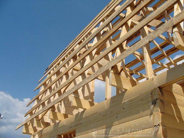 Крыша для дома использующего винтовые сваи в качестве фундамента должна быть не только прочной, но и легкой