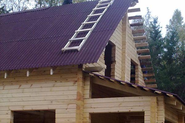 Крыша для домов, которые используют круглогодично, может иметь теплый чердак или мансарду