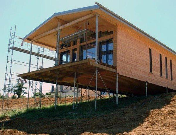 Любительское фото, показывающее преимущества свайных оснований для домов, изготовленных из бруса
