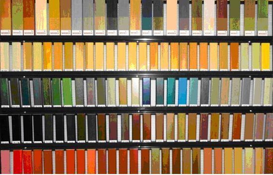 Любительское фото стенда с образцами красок, на котором представлена вся продукция магазина