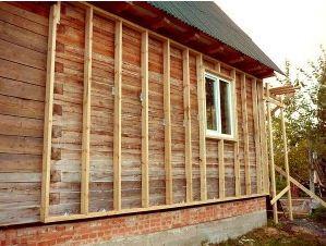 На данном фото показано утепление дома из профилированного бруса: обрешетка для утеплителя