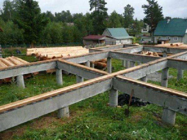 На фото - столбчатый фундамент с бетонным ростверком.