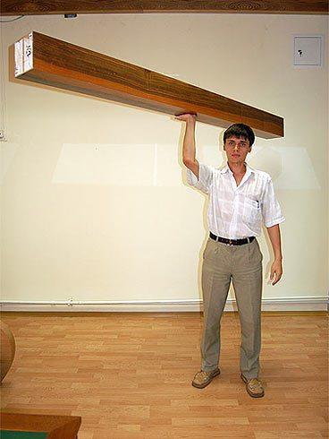 На фото – демонстрация небольшого веса материала