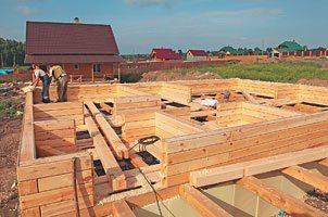 На фото – начальный этап установки брусовых стен.