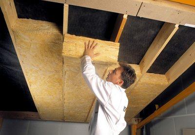 На фото – работы по утеплению потолка.