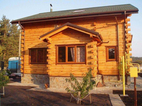 На фото деревянный дом из бруса 200х200