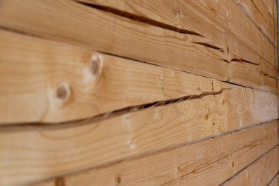 На фото хорошо видны глубокие трещины – результат усушки дерева