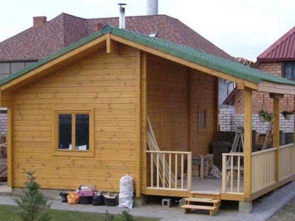 Небольшие дачные домики не загромождают участок, при этом являются неотъемлемой его частью