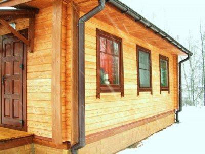 Обычно при работе с деревянными поверхностями стараются выбирать бесцветные покрытия, чтобы сохранить красивую структуру древесины