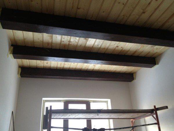 Оформление потолка в брусовом строении