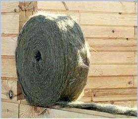 Пакля используется в качестве прокладки между венцами в доме