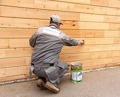Перед окраской стену обязательно нужно прогрунтовать