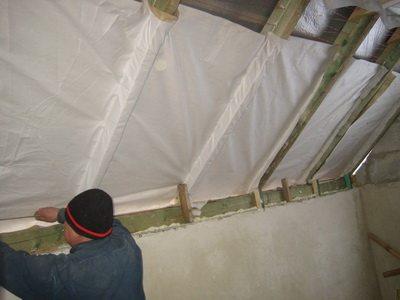 Пленкой предотвращает образование конденсата на утеплителе