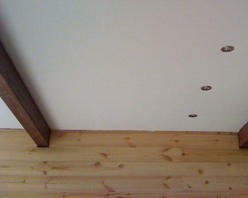 Подвесной потолок оптимально сочетается с брусом
