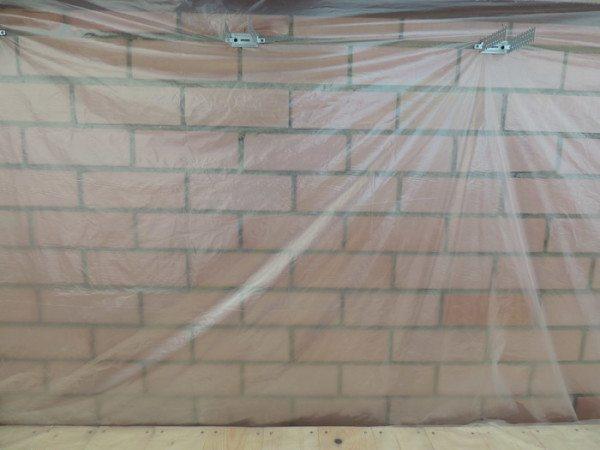 Покрываем стену пароизоляцией.
