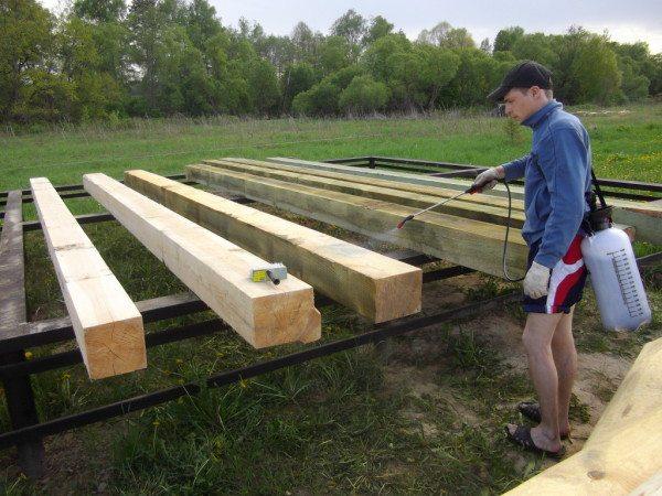 При этом покрывать пиломатериал лучше до того, как вы начнете строительство