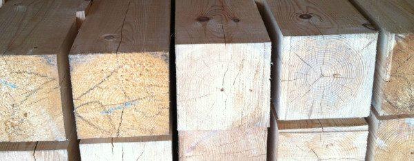 При выборе материала внимательно осматривайте торец древесины, если на нем видно много трещин, то такой брус из-за перепадов температур быстро расколется