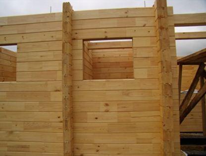Пример брусовой стены с оконными проемами.