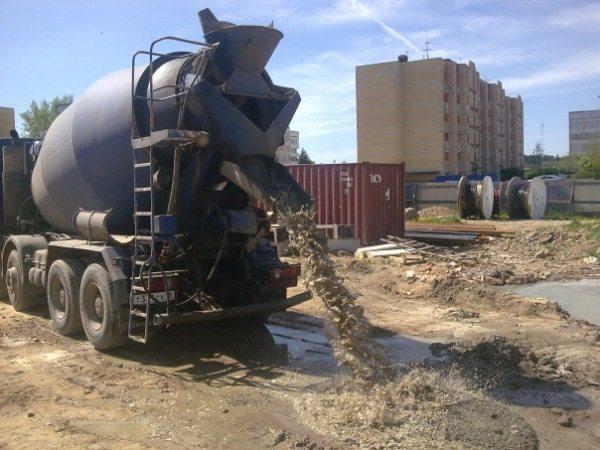 Привоз бетона в миксере