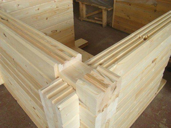 Проще укладывать строительный материал, у которого уже имеются готовые пазы