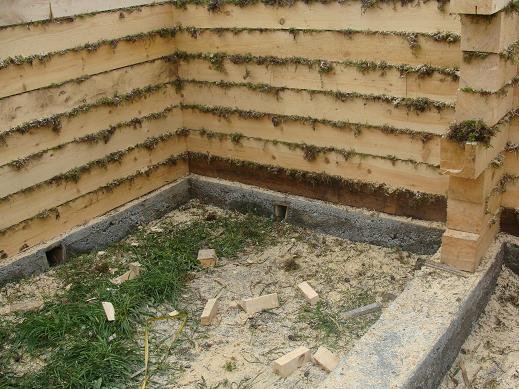 Процесс утепление дома из бруса внутри на стадии строительства.