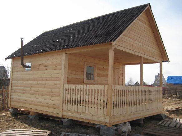 Расположение бани на участке зависит от жилого дома, минимальное расстояние между строениями должно быть не менее 10 метров