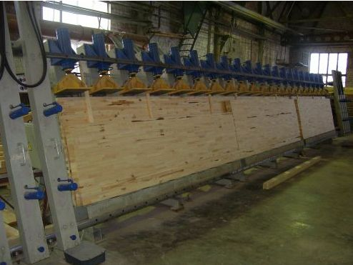 Склеивание предварительно высушенных слоев древесины прессом