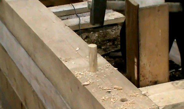 Соединение венцов с использованием деревянных шплинтов